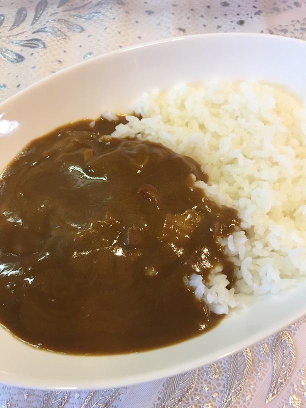 函館五島軒海の幸カレーを皿に盛ったところ