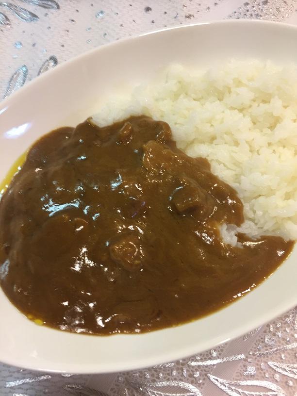 函館五島軒ビーフカレーをお皿に盛ったところ
