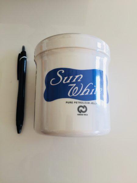ワセリンサンホワイトの大きさをペンと比較