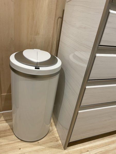 自動開閉のゴミ箱ジータをキッチンに置いたところ