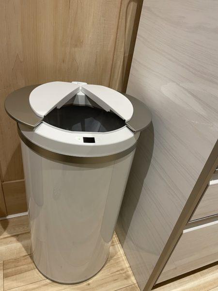 自動開閉のゴミ箱ジータのフタが開いたところ
